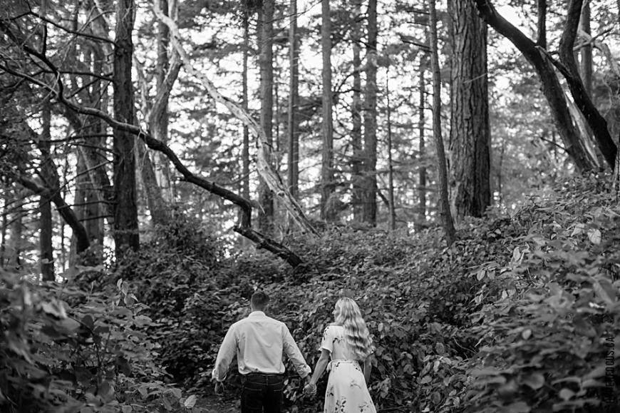 Lighthouse Park autumn engagement photo session